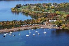 Barcos de vela do outono de Wissota do lago imagem de stock
