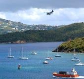 Barcos de vela e hidroavión del puerto del St. Thomas Foto de archivo