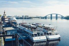 Barcos de vela e barcos de prazer no porto velho, frente marítima do rio de Dnipro o Dnieper em Kiev, Ucrânia foto de stock