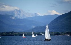 Barcos de vela en el lago Fotografía de archivo libre de regalías