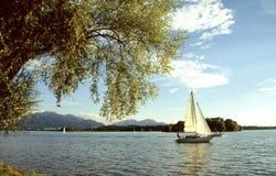Barcos de vela en el lago Chiemsee Imagen de archivo