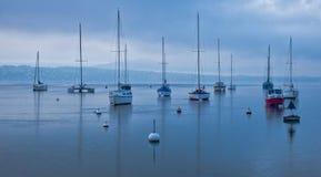 Barcos de vela en el lago Ginebra, Suiza Imagen de archivo libre de regalías