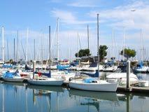 Barcos de vela en el puerto deportivo Imagenes de archivo