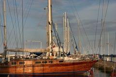 Barcos de vela en el puerto deportivo Imagen de archivo