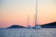 Barcos de vela en la bahía Foto de archivo