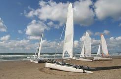 Barcos de vela en la playa Imágenes de archivo libres de regalías
