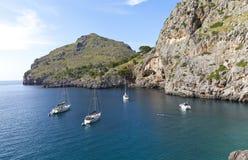 Barcos de vela en la playa del Sa Calobra Imagen de archivo
