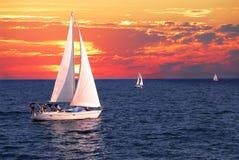 Barcos de vela en la puesta del sol Fotografía de archivo libre de regalías