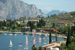 Barcos de vela en orilla del lago imágenes de archivo libres de regalías