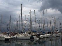 Barcos de vela en puerto en Agios Nicolas Crete Greece foto de archivo