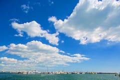 Barcos de vela en un día hermoso en el puerto deportivo Fotos de archivo libres de regalías