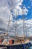 Barcos de vela en un puerto de pequeña ciudad Palamos en España, el 19 de mayo, 201 Imagenes de archivo