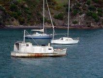 Barcos de vela en una bahía imagen de archivo libre de regalías