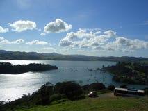 Barcos de vela en una bahía de Nueva Zelandia Foto de archivo