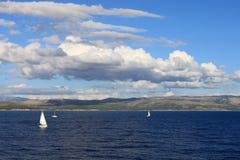 Barcos de vela encendido a lo largo de la costa croata Fotografía de archivo libre de regalías
