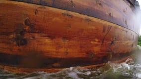 Barcos de vela de madera viejos almacen de metraje de vídeo