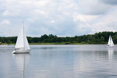 Barcos de vela no lago Imagens de Stock Royalty Free