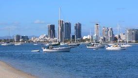 Barcos de vela que amarran en Broadwater Gold Coast Australia metrajes