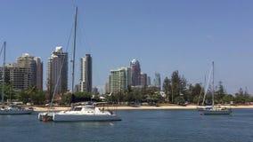 Barcos de vela que amarran en Broadwater Gold Coast Australia almacen de metraje de vídeo