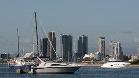 Barcos de vela que amarran en Broadwater Gold Coast Australia almacen de video