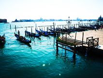 Barcos de Veneza e de águas azuis brilhantes fotos de stock royalty free