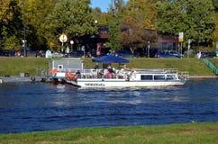 Barcos de visita turístico de excursión en St Petersburg Fotos de archivo