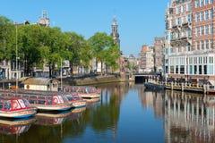 Barcos de visita turístico de excursión en un canal de Amsterdam Imagen de archivo libre de regalías