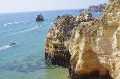 Barcos de visita turístico de excursión con el turista vacationing Imágenes de archivo libres de regalías