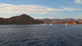 Barcos del amarre en la bahía contra el contexto de las montañas almacen de metraje de vídeo