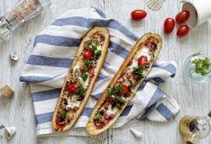 Barcos del Baguette con el pollo y las setas Imagen de archivo