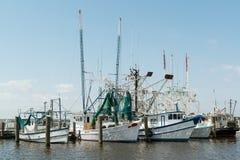 Barcos del camarón del grupo en la Costa del Golfo de los E.E.U.U. del muelle Imágenes de archivo libres de regalías