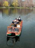 Barcos del cisne de los jardines públicos de Boston Fotos de archivo libres de regalías