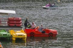 Barcos del embarcadero y del pedal Fotos de archivo libres de regalías