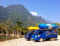 Barcos del kajak en el tejado del coche al lado del río de Nam Song en Vang Vieng Fotografía de archivo libre de regalías