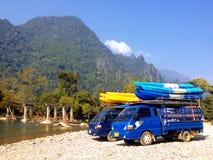 Barcos del kajak en el tejado del coche al lado del río de Nam Song Imagen de archivo libre de regalías