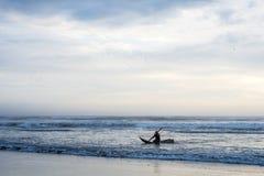 Barcos del océano de la paja todavía usados por la gente local en Perú fotografía de archivo