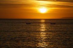 Barcos del océano de la salida del sol Imagen de archivo