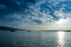 barcos del paisaje del waterscape que navegan en cielo dramático del río Foto de archivo libre de regalías