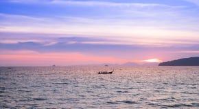 Barcos del paisaje marino y de pesca en el mar hermoso, la puesta del sol y el cielo violeta Foto de archivo libre de regalías