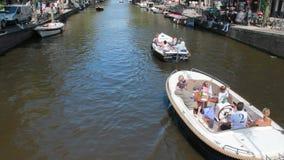 Barcos del partido en el canal de Amsterdam almacen de metraje de vídeo