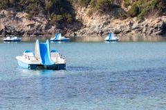Barcos del pedal en el mar Foto de archivo