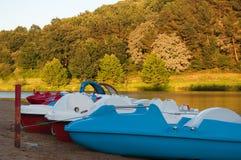 Barcos del pedal en la orilla del lago. Santo Pee Sur Nivelle Fotografía de archivo