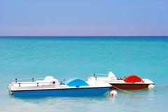 Barcos del pedal en la playa Imágenes de archivo libres de regalías