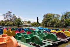 Barcos del pedal en un lago, Buenos Aires la Argentina fotos de archivo