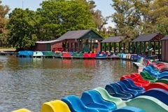 Barcos del pedal en un lago, Buenos Aires la Argentina imagen de archivo libre de regalías