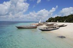 Barcos del pescador en una playa tropical imagenes de archivo