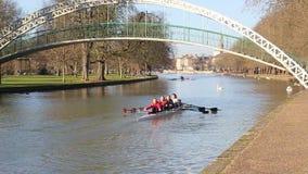 Barcos del puente del río de Bedford Sculling cuatro almacen de video