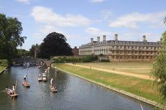 Barcos del punto que pasan la universidad del rey en Cambridge Fotografía de archivo