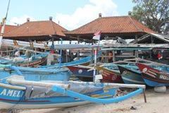 Barcos del ` s de los pescadores en Jimbaran, Bali Foto de archivo