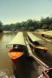 Barcos del taxi cerca del embarcadero en el día del sol Fotos de archivo